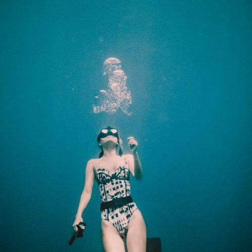 Nikki under water