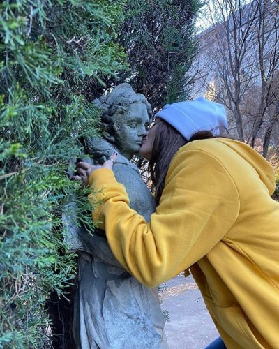 Avery Cyrus kissing a statue of a girl