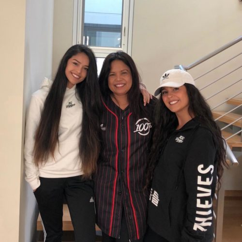 Rachel Hofsetter (Valkyrae) with her mom and sister