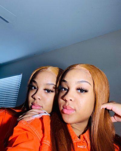 Jaynnnaa_ with her twin sister